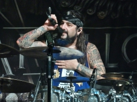 Mike Portnoy addresses the crowd